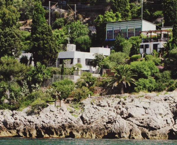 A view of E.1027 from the coastline during renovations, with Le Corbusier's Unités de Camping sited above it. Photo from Grand Designs, 2011.