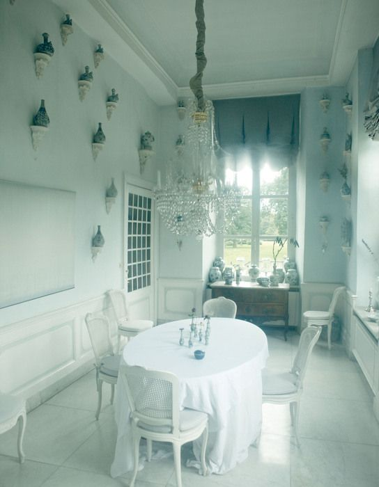 Chinese Ming porcelain salvaged from a wreck by Michael Hatcher adorns the fanciful Baroque dining room.